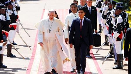 Le pape François rencontre le président de Madagascar, Andry Rajoelina, au palais Iavoloha à Antananarivo, à Madagascar, le 7 septembre 2019. © REUTERS / Baz Ratner