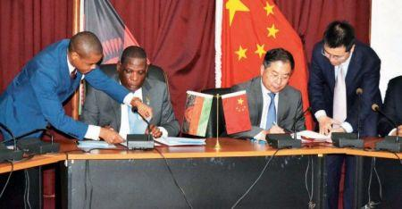 Joseph Mwanamvekha, ministre des Finances, et Hongyang Liu, ambassadeur de la Chine près le Malawi