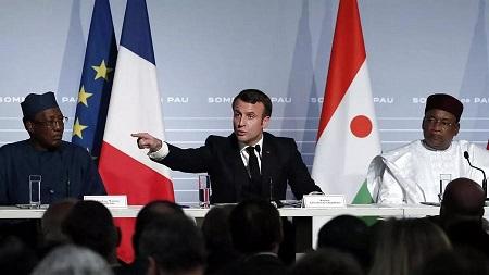 Emmanuel Macron distribuant les rôles à Pau. D. R.