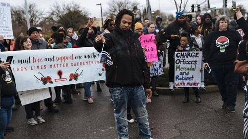 Une manifestation devant la police de Sacramento, le samedi 2 mars 2019, après que la procureure a annoncé que les deux policiers ne seraient pas poursuivis. Mason Trinca / GETTY IMAGES NORTH AMERICA / AFP