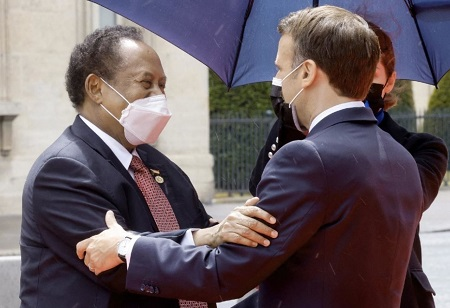 Le président français Emmanuel Macron et le Premier ministre soudanais Abdallah Hamdok, le 17 mai 2021, à Paris. © AFP