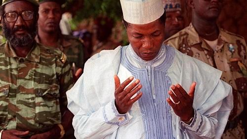 L'ex-président nigérien Ibrahim Baré Maïnassara, décédé en avril 1999, photographié ici pendant une prière après son élection le 7 juillet 1996. © ISSOUF SANOGO / AFP