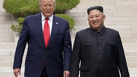 Donald Trump a effectué quelques pas dimanche en Corée du Nord en compagnie de Kim Jong Un