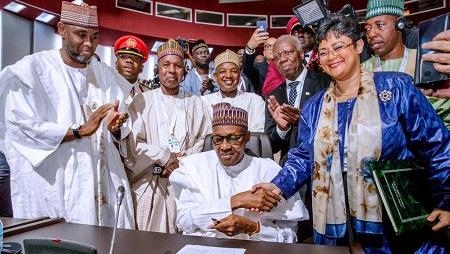 Le président nigérian, Muhammadu Buhari, a signé, ce dimanche 7 juillet 2019, le texte sur la Zone de libre-échange continentale africaine (Zlec), lors du sommet de l'Union africaine, à Niamey, au Niger. © Reuters