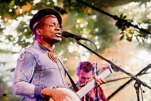 Blick Bassy, l'artiste aux influences blues a rendu hommage à Ruben Um Nyobé, héros de l'indépendance du Cameroun. Photo: Illustration