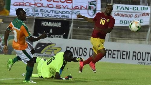 Le Guinéen François Kamano (en rouge) prend de vitesse la défense ivoirienne, en éliminatoires de la CAN 2019. ISSOUF SANOGO / AFP