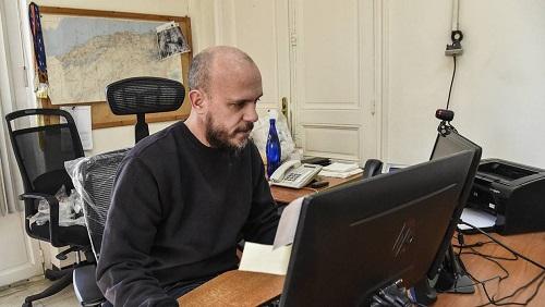 Aymeric Vincenot, 45 ans, directeur de l'Agence France-Presse (AFP) assis à son bureau à Alger le 1er mars 2019.  Où il est en poste depuis juin 2017, a été expulsé mardi 9 avril par les autorités algériennes.Photo: AFP