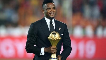 Le Camerounais Samuel Eto'o apporte le trophée remis à l'Algérie, qui a gagné la CAN 2019 en Egypte. Une Coupe d'Afrique des nations qui sera remise en jeu au Cameroun, lors de la CAN 2021. REUTERS/Sumaya Hisham