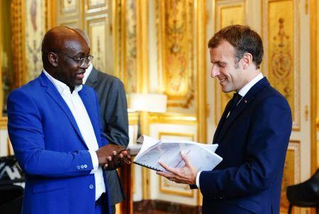 Le professeur Achille Mbembé remet sa contribution au président français Emmanuel Macron à l'Élysée, Paris, mercredi 7 oct 2021. Photo: AFP