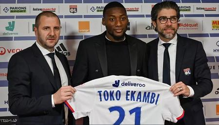 L'attaquant camerounais Karl Toko-Ekambi, présenté à la presse après sa signature à l'Olympique lyonnais, le 21 janvier 2020. Philippe Desmazes/AFP