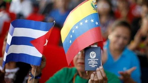 Les drapeaux cubain et vénézuélien. ©Reuters