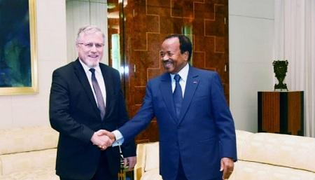 L'ambassadeur de Suisse au Cameroun, Pietro Lazzeri avec le président de la République, Paul Biya au Palais de l'Unité