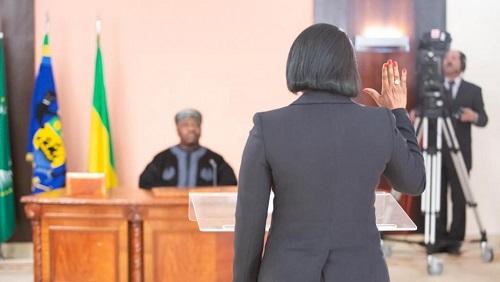 Prestation de serment de Rose Christiane Ossouka Raponda, ministre de la Défense gabonaise, à l'ambassade du Gabon au Maroc, devant le président Ali Bongo, qui y est en convalescence. © Présidence du Gabon