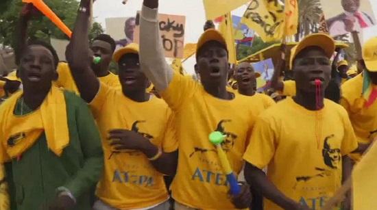 Quelques milliers de partisans de l'opposition sénégalaise ont manifesté vendredi à Dakar pour réclamer plus transparence dans processus électoral devant conduire à la présidentielle du 24 février