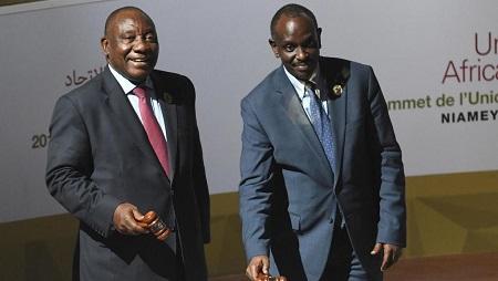 Le président sud-africain Cyril Ramaphosa et le ministre rwandais des Affaires étrangères Richard Sezibera lors du sommet de l'Union africaine au Palais des Congrès, à Niamey, le 7 juillet 2019. © ISSOUF SANOGO / AFP