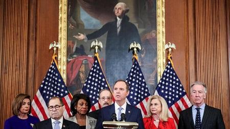 Le président de la Commission du renseignement, Adam Schiff, avec la cheffe des démocrates au Congrès, Nancy Pelosi, et Jerry Nadler, le président de la commission du renseignement, le 10 décembre 2019, lors de la conférence de presse. REUTERS/Jonathan Ernst