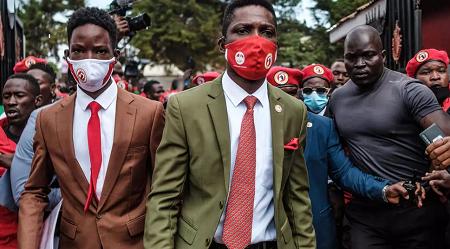 L'opposant ougandais Robert Kyangulanyi, alias Bobi Wine, à son arrivée au siège de son nouveau parti politique, la National Unity Platform (NUP), lors de sa nomination comme président de cette formation, à Kamapala, le 21 août 2020. SUMY SADURNI / AFP