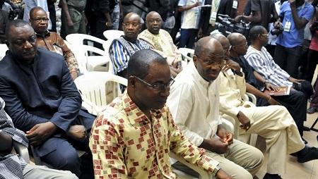 L'ancien chef de la diplomatie burkinabé Djibril Basolé aux côtés de Gilbert Dienderé (au centre), ex-chef de la sécurité présidentielle et dirigeant du putsch manqué de septembre 2015 à la Haute Cour de Justice de Ouagadougou, le 17 avril 2017. © AHMED OUOBA / AFP