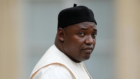 Les autorités gambiennes ont publié vendredi un projet de nouvelle Constitution, qui limite à deux le nombre de mandats présidentiels, près de trois ans après le départ du pouvoir du dictateur Yahya Jammeh.  Le texte a été remis à la presse par la Commission de révision, mise en place en juillet 2018 par le président gambien Adama Barrow pour une durée de 18 mois.  Il doit remplacer la Constitution en vigueur depuis 1997, sous le président Jammeh, officier arrivé à la tête de la Gambie par un coup d'Etat en 1994 et qui a dirigé jusqu'en 2017 un régime de féroce répression.  Les mandats présidentiels de cinq ans seront limités au nombre de deux, selon le document consulté par l'AFP. Le droit à l'information, ne comportant pas de danger pour la sécurité de l'Etat, est consacré par ce nouveau texte.  La Commission de révision, dirigée par un juge de la Cour Suprême, Cherno Sulayman Jallow, doit mener une consultation nationale pour recueillir les opinions sur le projet.  Le document issu de cette consultation doit ensuite être soumis au président Barrow, puis à l'Assemblée nationale, avant un référendum populaire dont la date doit être fixée par le gouvernement, selon les autorités gambiennes.  Le président Barrow, entré en fonctions en janvier 2017 pour cinq ans, avait initialement annoncé qu'l ne ferait qu'un mandat de trois ans, jusqu'en janvier 2020. Il a ensuite déclaré qu'il irait jusqu'au bout de son quinquennat, en janvier 2021, contre l'avis de responsables du camp l'ayant soutenu pour son accession au pouvoir face à Yahya Jammeh.  Parvenu au pouvoir par un putsch sans effusion de sang en 1994, M. Jammeh s'était fait largement élire et réélire sans interruption jusqu'à sa défaite en décembre 2016 face à l'opposant Adama Barrow.  Après six semaines d'une crise à rebondissements provoquée par son refus de céder le pouvoir, il a finalement dû quitter le pays à la suite de l'intervention militaire de la Cédéao et d'une ultime médiation guinéo-mauritanienne.  Les d