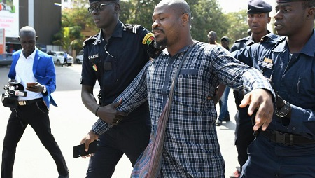L'activiste sénégalais Guy Marius Sagna réagit à une précédente arrestation durant une manifestation devant l'Assemblée nationale, à Dakar, le 4 mai 2019 (photo d'illustration). © Seyllou / AFP