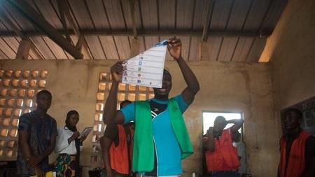 Des agents électoraux lors des opérations de dépouillement dans un bureau de vote de Lomé, le 22 février 2020 (image d'illustration). YANICK FOLLY / AFP