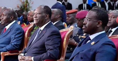 Le président ivoirien Alassane Ouattara et Guillaume Soro (au premier plan à droite), alors président de l'Assemblée nationale, assistent à l'ouverture du Salon international de l'agriculture et des ressources animales (SARA) à Abidjan, la capitale ivoirienne, le 17 novembre 2017.  (ISSOUF SANOGO / AFP)