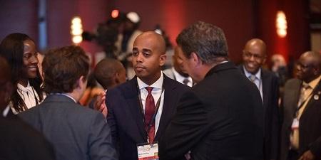 (Au centre) Worku Gachou, directeur général Afrique de DFC à Washington. Ici, lors du US Africa Business Summit à Maputo (Mozambique) en juin 2019. C'est à lui que rend compte Vibhuti Jain, directrice régionale basée à Johannesburg. Et tous œuvrent sous le leadership d'Adam Boehler. (Crédits : Flickr)