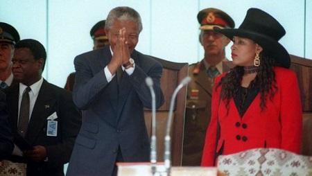 Le président Nelson Mandela lors de son inauguration le 10 mai 1994 à Pretoria, accompagné de sa fille Zinani (d).Ph: ladepeche