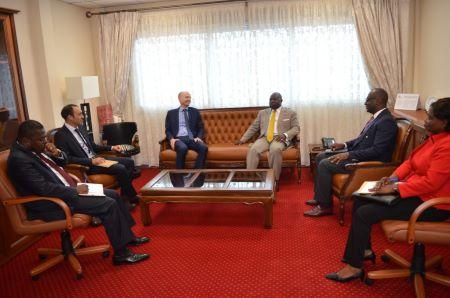 Le Ministre de la Décentralisation et du Développement Local Georges Elanga Obam accordant une audience á l'Ambassadeur de France au Cameroun, Christophe Guilhou.