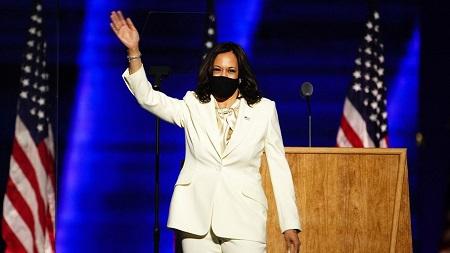 La vice-présidente élue des Etats-Unis, Kamala Harris, salue la foule avant de prononcer un discours à Wilmington, le 7 novembre 2020. (JIM LO SCALZO / MAXPPP)