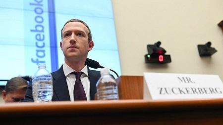 Mark Elliot Zuckerberg, né le 14 mai 1984 à White Plains dans l'État de New York, est un informaticien et chef d'entreprise américain. Cofondateur du site web de réseau social Facebook dont il est l'actionnaire majoritaire et le PDG
