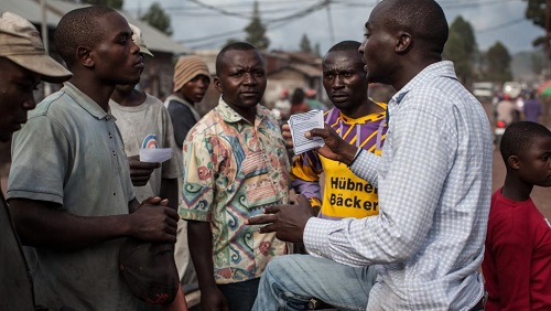 Un membre de La Lucha distribue des tracts pour soutenir la cause du mouvement citoyen, le 24 avril 2015, à Goma (photo d'illustration). © AFP/Federico Scoppa