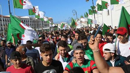 1er novembre 2019. Une marée humaine s'est répandue dans les rues d'Alger pour le 37e vendredi pour réclamer une «nouvelle indépendance» 65 ans jour pour jour après le début de la lutte armée contre le colonisateur français. © REUTERS/Ramzi Boudina
