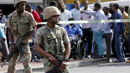 Des militaires montent la garde pendant que la police intervient dans le cadre de l'opération Fiela, le 7 mai 2015 au Cap (image d'illustration). © REUTERS/Mike Hutchings