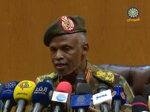 Le général Omar Zinelabidine, répondant aux questions des journalistes au cours d'une conférence de presse à Khartoum