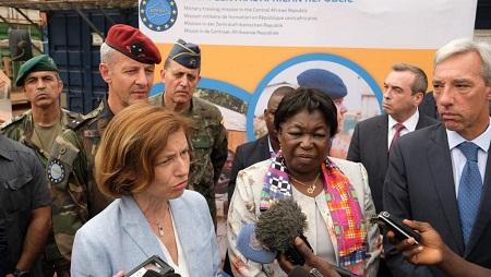 La ministre française des Armées Florence Parly répond aux questions des journalistes lors de sa visite à l'EUTM à Bangui, le 8 juillet 2019. © AFP