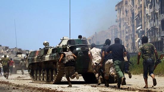 Des membres de l'Armée nationale libyenne (ANL) loyale au maréchal Haftar affrontent des jihadistes à Benghazi, le 20 mai 2017. © Abdullah DOMA / AFP