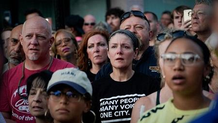 Des habitants de Dayton (Ohio) rassemblés, le 4 août, après la tuerie qui a frappé leur ville. REUTERS/Bryan Woolston
