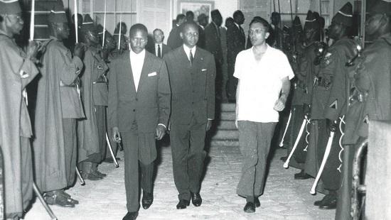 Roland Colin accueille Mamadou Dia au retour d'une mission à Paris. © Collection personnelle Roland Colin