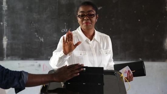 La maire de Libreville Rose Christiane Ossouka Raponda (ici lors du vote pour les élections locales du 6 octobre 2018) est promue ministre de la Défense du gouvernement gabonais, lundi 28 janvier. © Joel TATOU / AFP