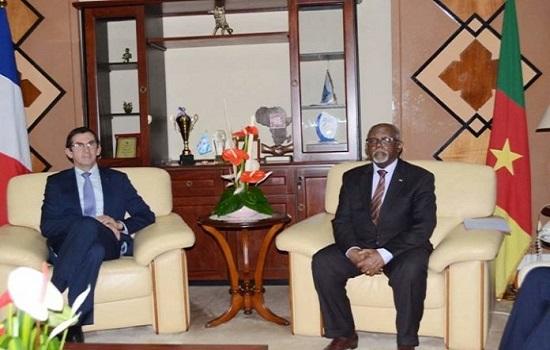 Le ministre camerounais des Relations extérieures (Minrex), Lejeune Mbella Mbella et l'ambassadeur de France à Yaoundé, Gilles Thibault