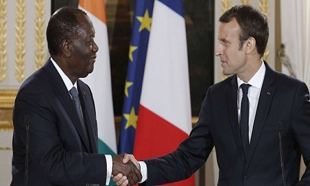 Alassane Ouattara et Emmanuel Macron le 31 août 2017 à l'Elysée © Kamil Zihnioglu/AP/SIPA