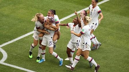 Les joueuses américaines se congratulent : elles sont championnes du monde. REUTERS/Lucy Nicholson