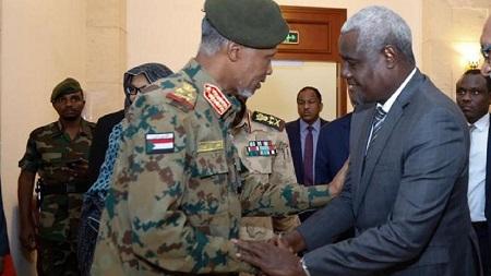 L'Union africaine a donné un nouveau délai de 60 jours aux militaires soudanais à la tête du pays depuis la destitution du président Omar el-Béchir pour remettre le pouvoir aux civils
