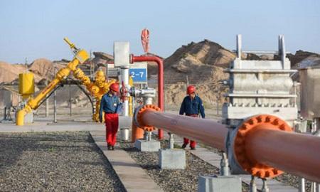 Des membres du personnel travaillent sur le champ gazier Kela-2 du gisement de pétrole du Tarim à Aksu, dans la région autonome ouïghoure du Xinjiang (nord-ouest de la Chine). (Photo / Xinhua)