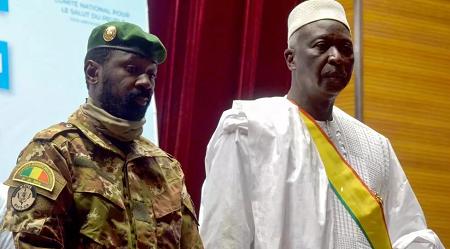 Le nouveau président par intérim du Mali Bah N'Daw assiste à la cérémonie d'inauguration avec le nouveau vice-président malien le colonel Assimi Goita à Bamako, au Mali, le 25 septembre 2020. REUTERS/Amadou Keita