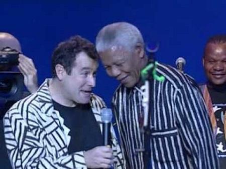 Johnny Clegg incarnait avec ses chansons, mélange inédit de rythmes zoulou et de pop occidentale, la résistance à l'apartheid puis la réconciliation