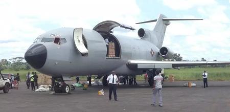 Sur le tarmac de l'aéroport de Gbadolite, en RDC, un avion est en train d'être déchargé de son matériel (photo d'illustration). Sonia Rolley/ RFI