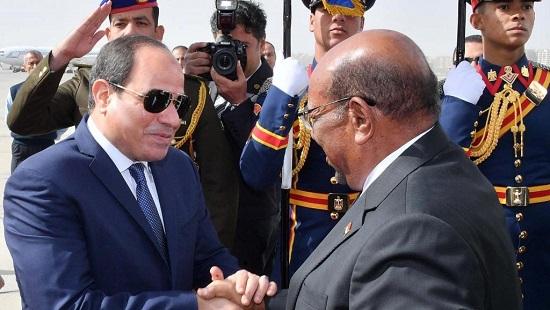 Le président égyptien Abdel Fattah al-Sissi serre la main de son homologue soudanais Omar el-Béchir qu'il reçoit au Caire, ici à l'aéroport, le 27 janvier 2019. © The Egyptian Presidency/Handout via REUTERS