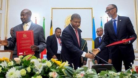 Le président angolais Joao Lourenço (au centre) sert la main du président rwandais Paul Kagame après la signature d'un accord avec le président ougandais Yoweri Museveni (à gauche), le 21 août 2019. JOAO DE FATIMA / AFP